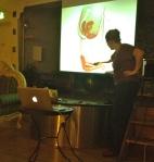 Pedagogiska Malinda pekar på en del av klitoris och förklarar.
