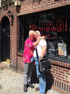 Jag och min fru Lotta framför Stonewall Inn.
